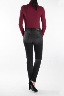 Παντελόνι BLACK DENIM σε ψηλό καβάλο και στενή γραμμή.