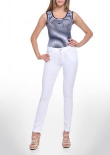 Παντελόνι λευκό, μεσαίο καβάλο και στενή γραμμή.